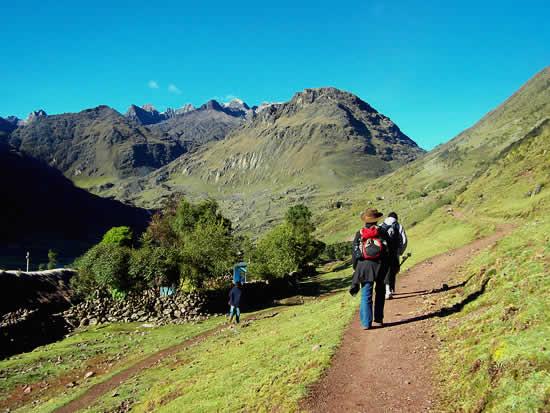 Lares trek arriving to Patacancha Village